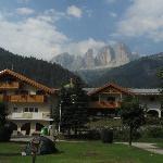 uitzicht vanaf camping op langkofel en col rodella (huisje = toiletgebouw + appartementen)