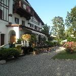 das Haupthaus mit überdachter Terrasse vom Garten fotografiert