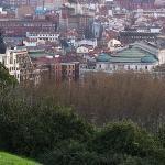 Bilbao (Al fondo, junto al Teatro Arriaga, el Petit Palace Arana.