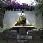 Agréable table dans le jardin