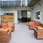 zona de la entrada con sofas viejetes...
