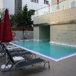 piscina nueva pegada al bloque de apartamentos
