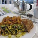 Vegan Brunch - scrambled tofu with mushrooms