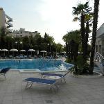 Una delle due piscine con acqua calda e idromassaggi vari