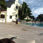 tumbonas cerca de los deportes acuáticos, el mejor lugar para tomar el sol y descansar