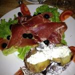 Spécialité du resto: pomme de terre au fromage de brebis et jambon