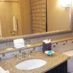 Spacious bathroom in bay view/cityview room