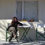 Lore:sentada en la puerta de la habitacion en un dia de paz!