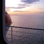 Vista de un hermoso amanecer, desde el camarote.