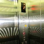 エレベーター・・・モダンな総ステンレス