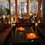 dentro del rooftop bar