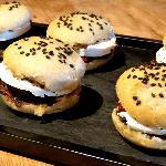 Évocation hamburger : Pain fougasse + tapenade + tomate semi séchée + chèvre frais des Corbière