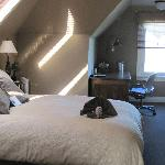 Room E queen bed and desk