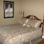 Room C Queen bed