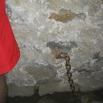 La chaîne dont le prisonnier était attaché dans le cachot