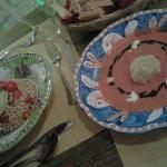 Farro con salsa guacamole e gazpacho con polpettina di riso