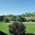 Vista del parque municipal integrado en el hotel, a la izquierda la piscina, al fondo las murall