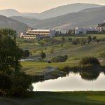 Campo de golf y hotel de fondo
