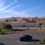 だだっ広い砂漠の中にポツリとホテルがあります。