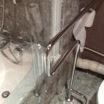 barras impidiendo el acceso a ducha