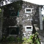 Haus, mit unten und oben je ein Appartment