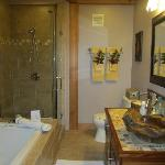 Bathroom of Nahelani suite