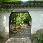 入り口 庭園は塀で囲まれています
