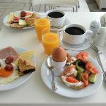 Le petit-déjeuner servi au bord de la piscine