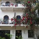 Puerta principal y balcones