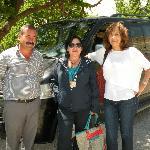 """Chofer, Guía (""""Sonrisita"""" para nosotros) y Sarita mi esposa con camioneta avant de fondo"""
