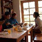 En el comedor, desayunando. La mermelada de aguaymanto estuvo buenaza