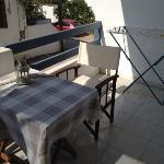 balcone servito da tavolino e stendino