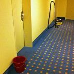Hotelkorridor (Eimer und Staubsauger standen mehr als einen ganzen Tag herum)