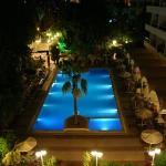 Vue de la chambre sur piscine de nuit