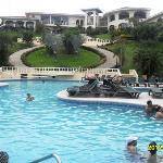 Vista del lobby y recepción desde la piscina.