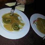 strudel di spinaci vicino il filetto al pepe verde