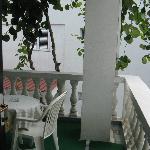 тенистый балкон с лианами киви, на балконе можно загорать