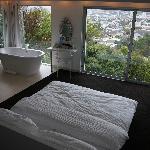 Schlafzimmer und offenes Bad
