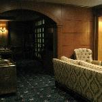 Entrada y sala de estar en la planta baja del hotel