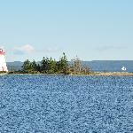A 10 min à pieds depuis l'hôtel, vue sur lîle, le phare et le majestueux voilier d'excursion