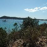 vue du sentier pour descendre à la plage