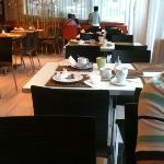 notice how nice and clean the tables are, no one bothered to check in the 25 min we were there t