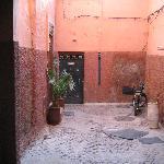 Links die Tür zum Riad / hier der Vorbereich