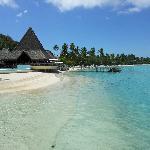 A piscina e a bela praia