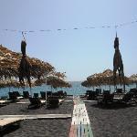 spiaggia a disposizione clienti (con polpi appesi al sole)