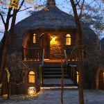 Mysiga små hus som smälte in i naturen