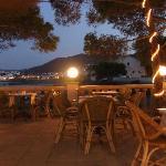 terrasse de nuit où se passe le dîner