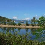 Blick über die Lagune auf den Strand