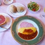 朝食はフワフワオムレツとハムに生フルーツ