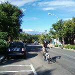 Улица, на которой находится отель, с видом на Этну.